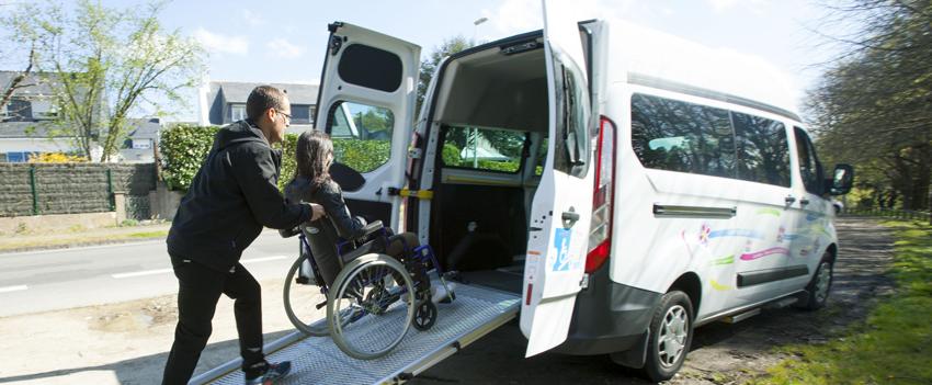 véhicule adapté pour le transport de personnes en fauteuil roulant