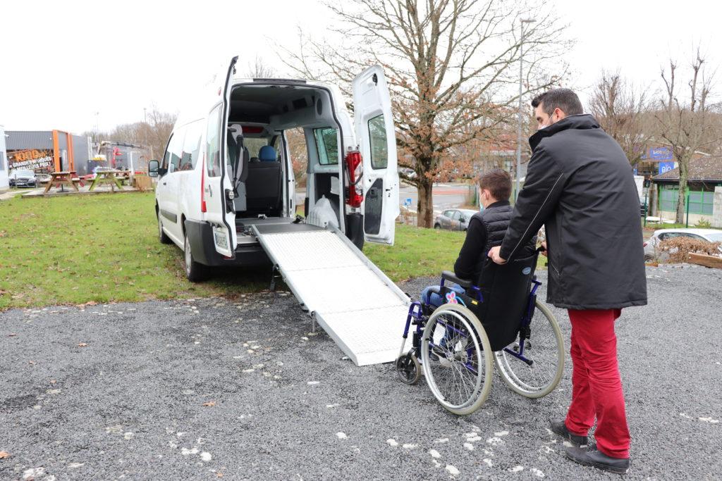Personne handicapée en fauteuil roulant - Véhicule adapté TPMR